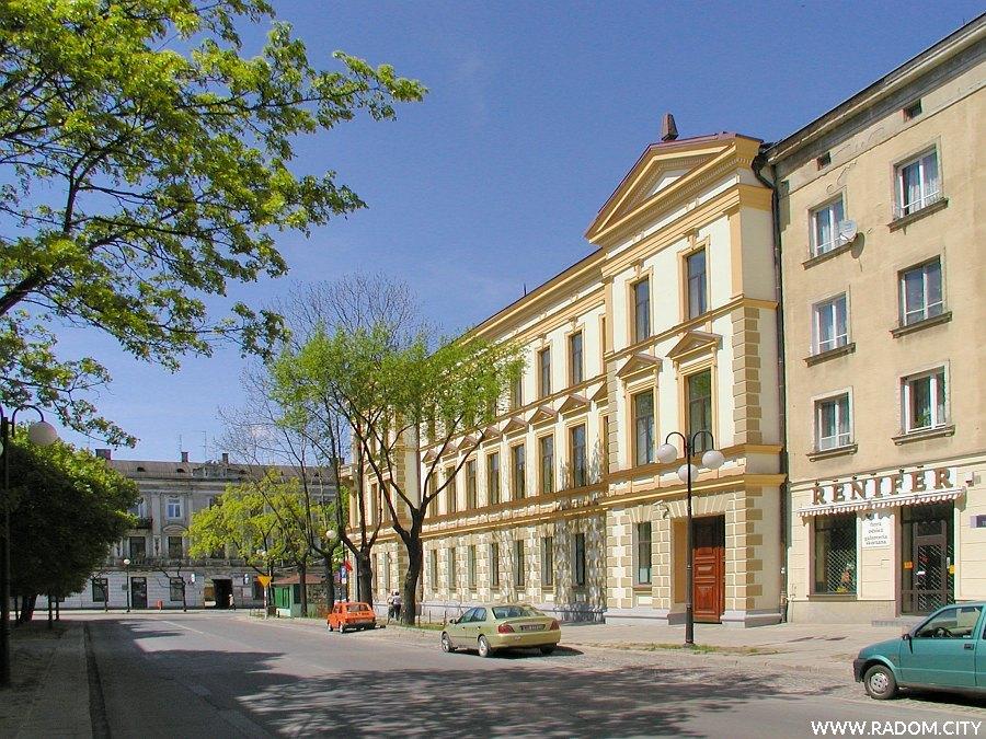 Radom. Ulica Sienkiewicza, widok w kierunku ul. Piłsudskiego. Po prawej sąd.