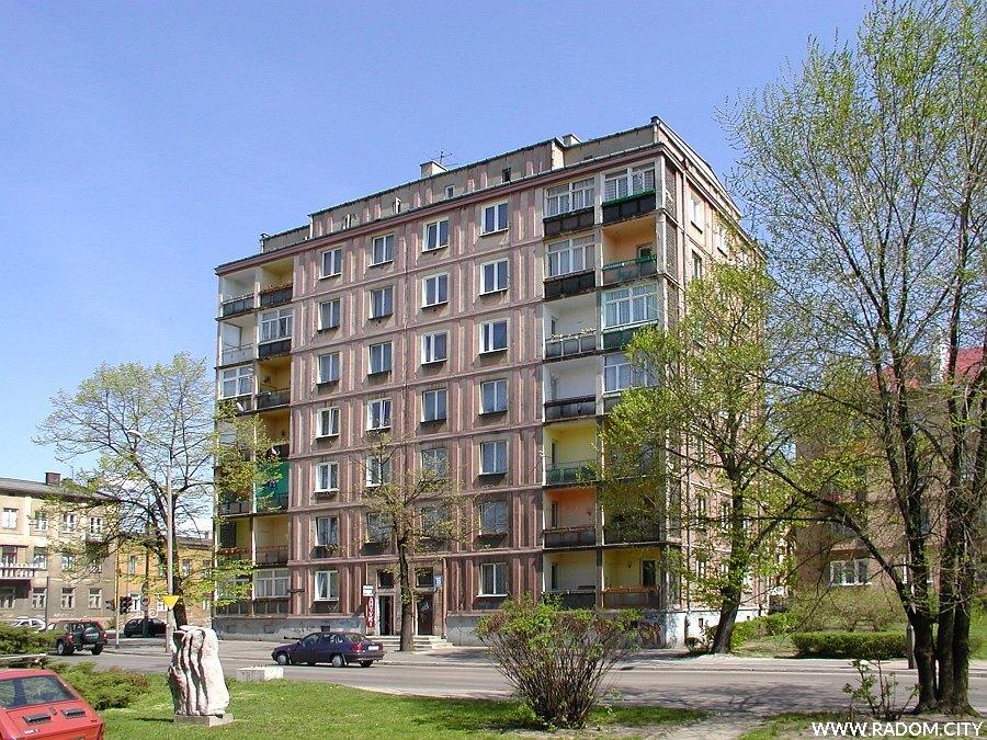 Radom. Budynek przy ul. Kościuszki widziany z chodnika przed Zespołem Szkół Budowlanych.