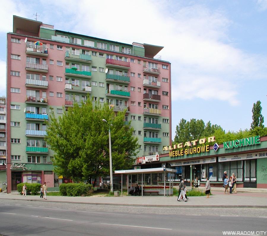 """Radom. Przystanek autobusowy przed sklepem """"Aligator"""" przy ul. Kusocińskiego."""