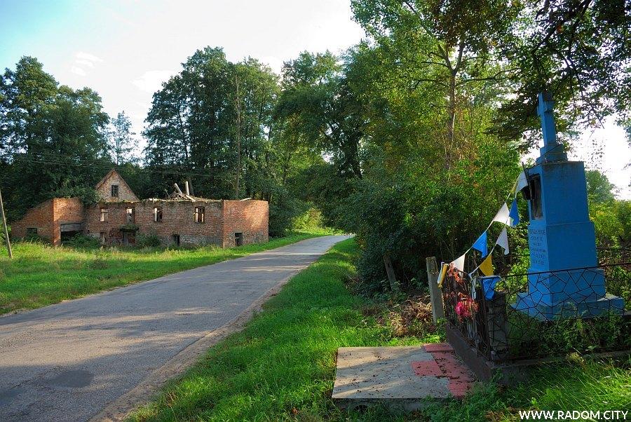 Radom. Kapliczka za mostkiem na Pacynce. Widok w kierunku Radomia, po lewej stronie ruiny starego młyna.