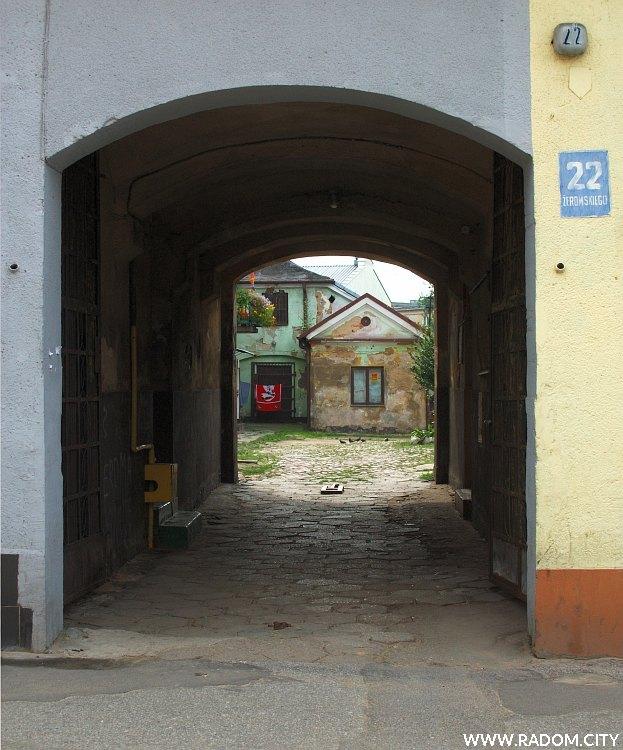 Radom. Brama kamienicy przy ulicy Żeromskiego 22.
