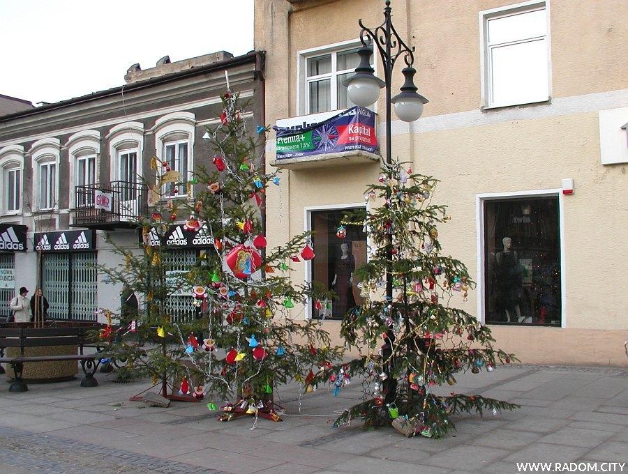 Radom. Ulica Żeromskiego - choinki ubrane przez dzieci z radomskich szkół.