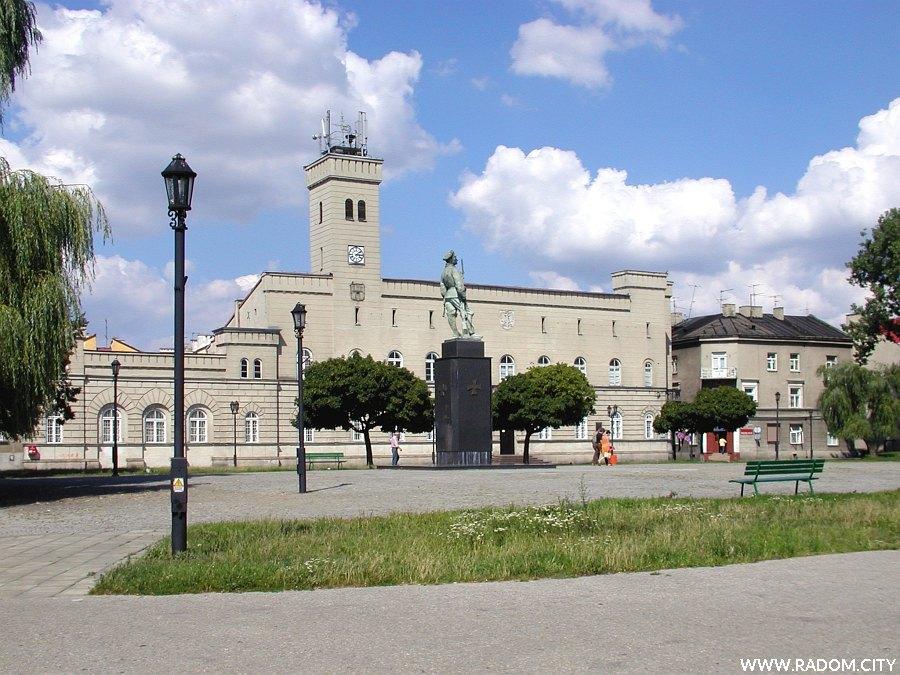 Radom. Rynek - Pomnik Czynu Legionów z ratuszem w tle.
