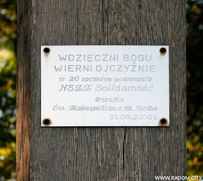 Radom. Krzyż Solidarności na skraju Lasu Kapturskiego.