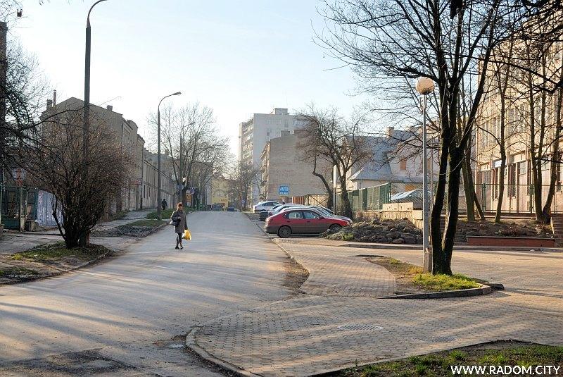 """Radom. Ul. Młynarska, widok od strony parku """"Leśniczówka""""."""