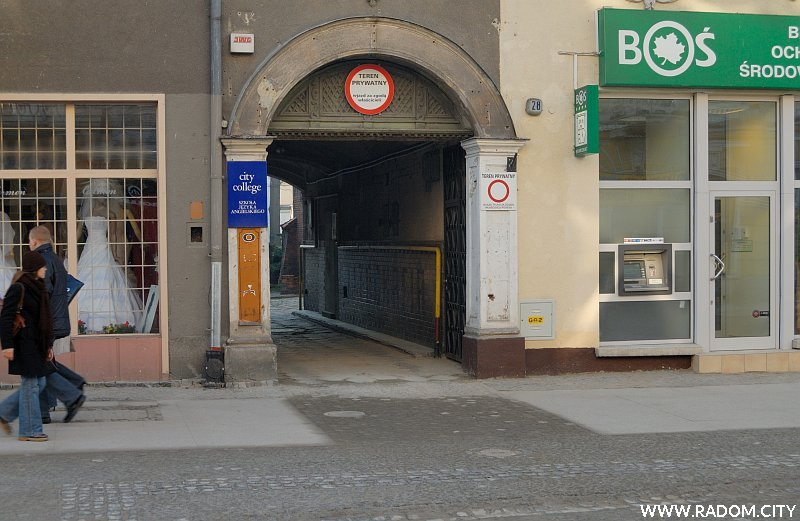 Radom. Brama kamienicy pod nr 28 przy ul. Żeromskiego.