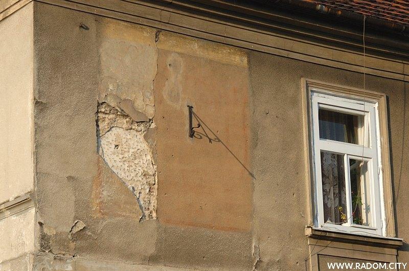 Radom. Zegar słoneczny na ścianie kamienicy na rogu ul. Rwańskiej i Rynku.
