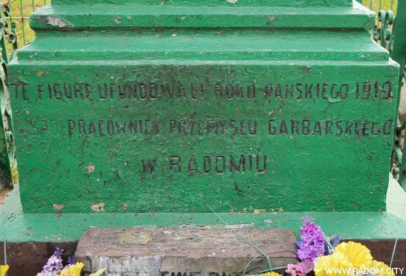 Radom. Krzyż przy ul. B. Limanowskiego - napis na stronie frontowej.