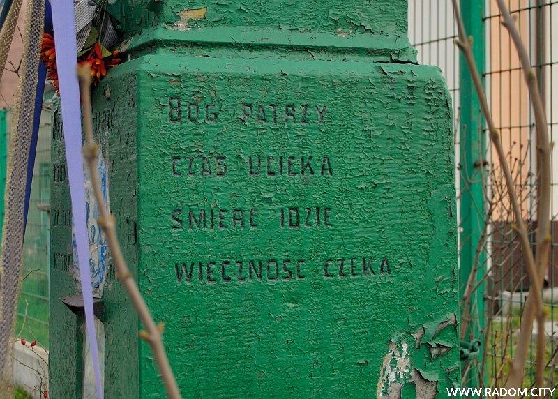 Radom. Krzyż przy ul. B. Limanowskiego - napis po stronie zachodniej.
