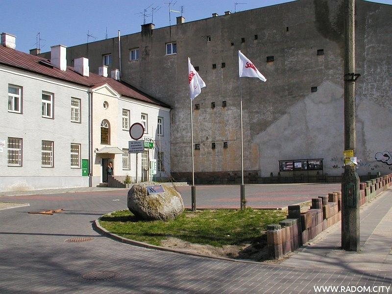"""Radom. Pomnik przed siedzibą """"Solidarności"""" przy ul. R. Traugutta."""