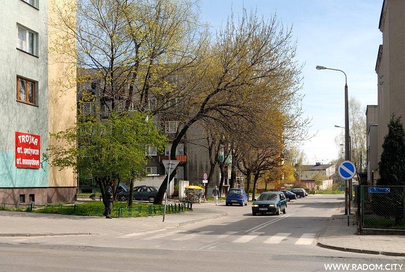 Radom. Ulica Zacisze widziana z ul. 25 Czerwca.
