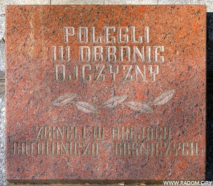 Radom. Pomnik Strażaków - tablica od frontu.