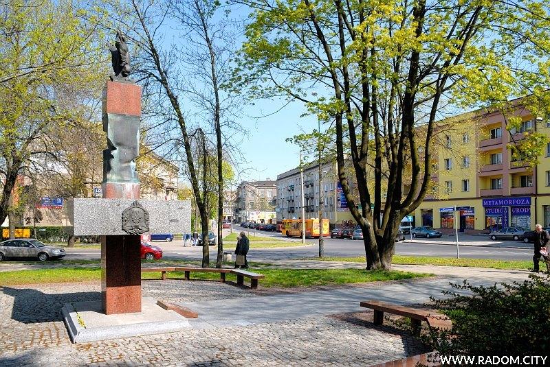 Radom. Pomnik Strażaków.