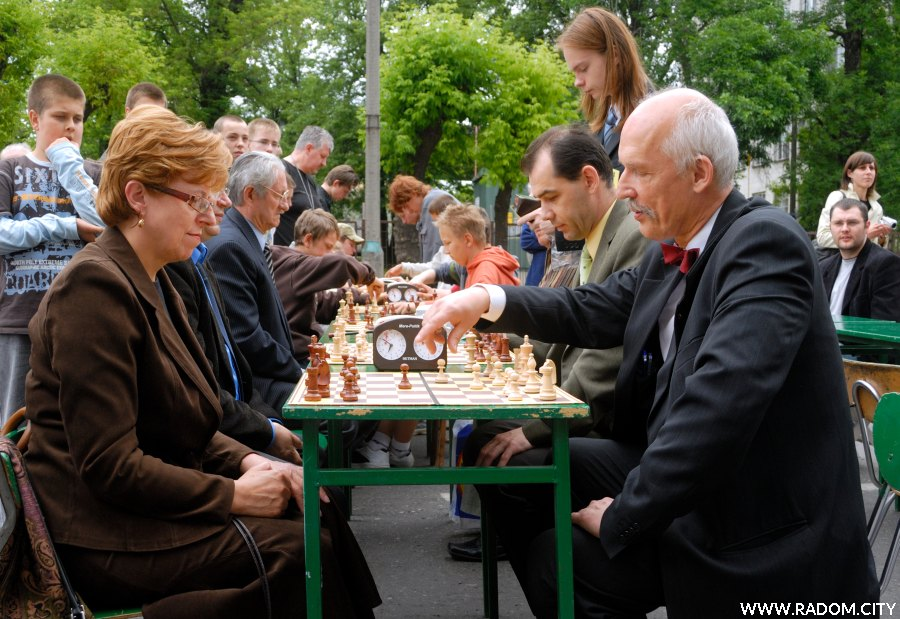 Radom. Próba bicia rekordu Guinnessa w liczbie osób grających jednocześnie w szachy. Przy pierwszej szachownicy Lucyna Wiśniewska i Janusz Korwin-Mikke.