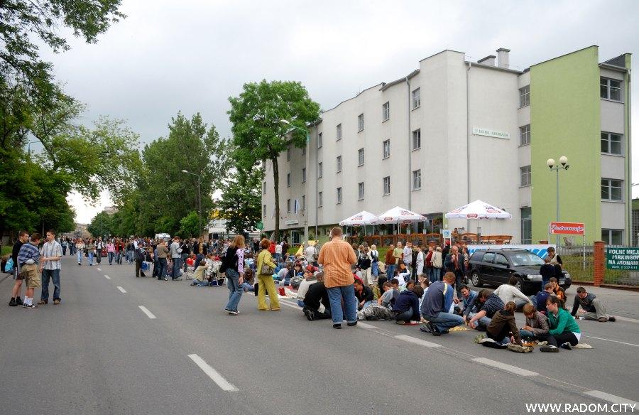 Radom. Ulica Narutowicza przed hotelem Gromada - próba bicia rekordu.