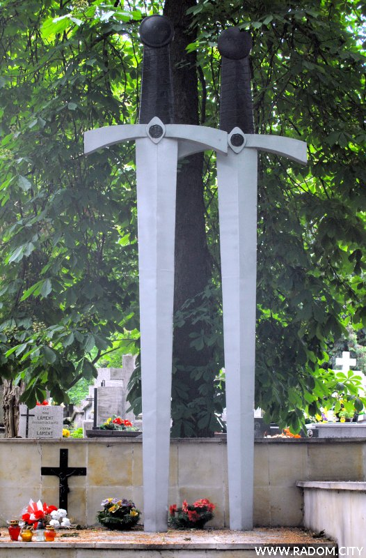 Radom. Pomnik na cmentarzu przy Limanowskiego, poświęcony żołnierzom poległym we wrześniu 1939r.