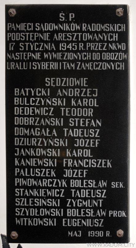 Radom. Tablica w budynku Sądu Okręgowego przy ul. Piłsudskiego.