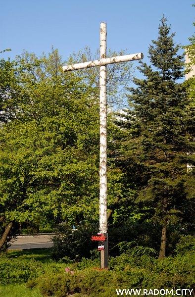 Radom. Krzyż Solidarności przed Katedrą.