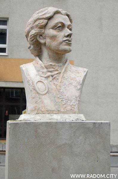 Radom. Popiersie Tadeusza Kościuszki przed Budowlanką.