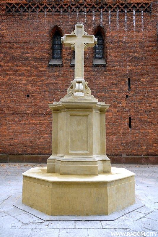 Radom. Krzyż przed wejściem do kościoła św. Jana.