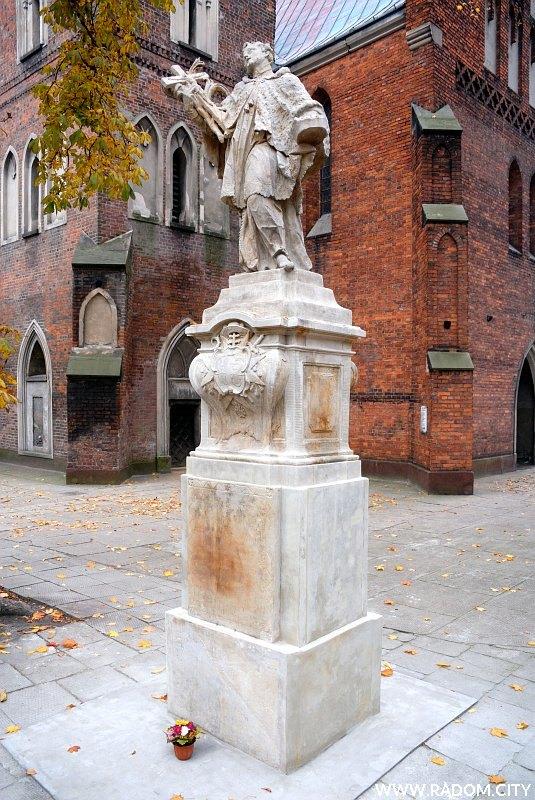 Radom. Figura św. Jana Nepomucena przy kościele św. Jana.