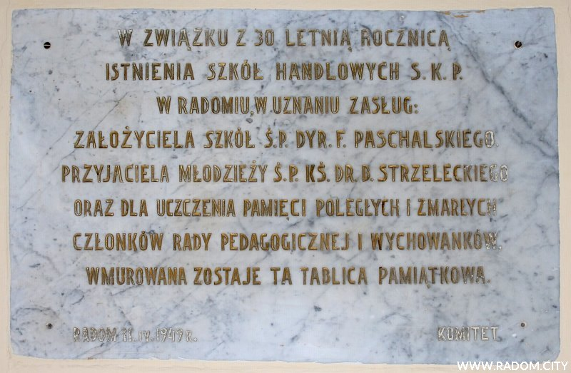 Radom. Tablica w dawnym budynku Szkoły Handlowej przy ul. Traugutta.
