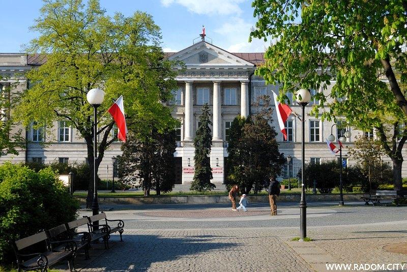 Radom. Widok z parku Kościuszki na Gmach Komisji Województwa Sandomierskiego.