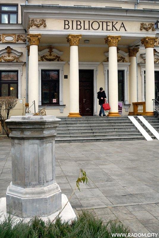 Radom. Zegar słoneczny przy ul. Piłsudskiego.
