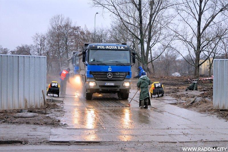 Radom. Ulica Bolesława Chrobrego, wyjazd z budowy Słonecznego Centrum (okolice ul. Czystej).