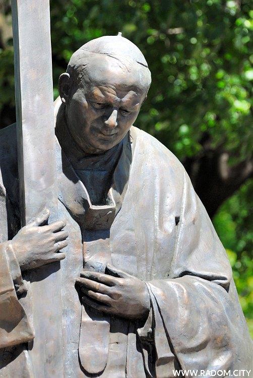 Radom. Pomnik Jana Pawła II przed katedrą.