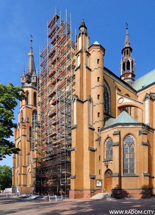 Radom. Początek remontu elewacji katedry.