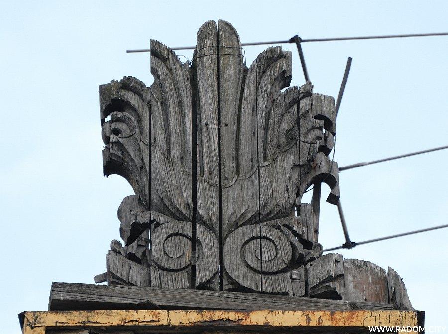 Radom. Narodówka - rzeźba na dachu.