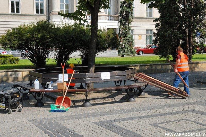 Radom. Naprawa ławek na ul. Żeromskiego.