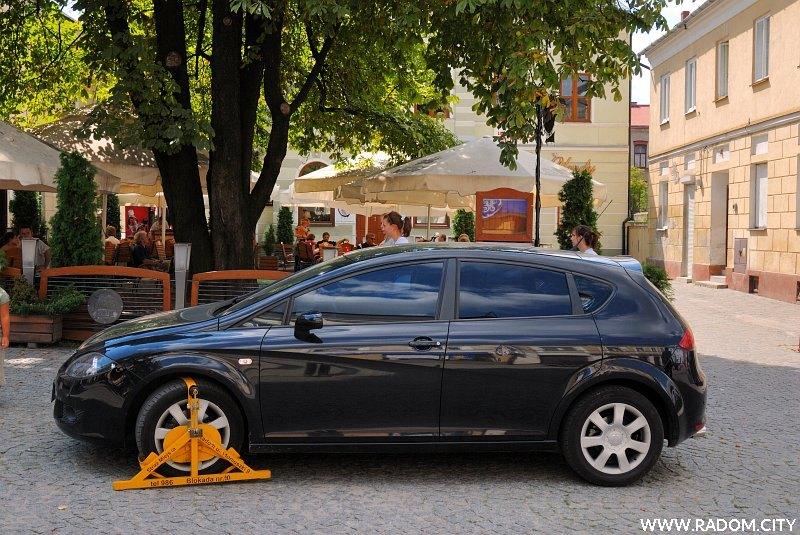 Radom. Samochód z blokadą na ul. Żeromskiego.