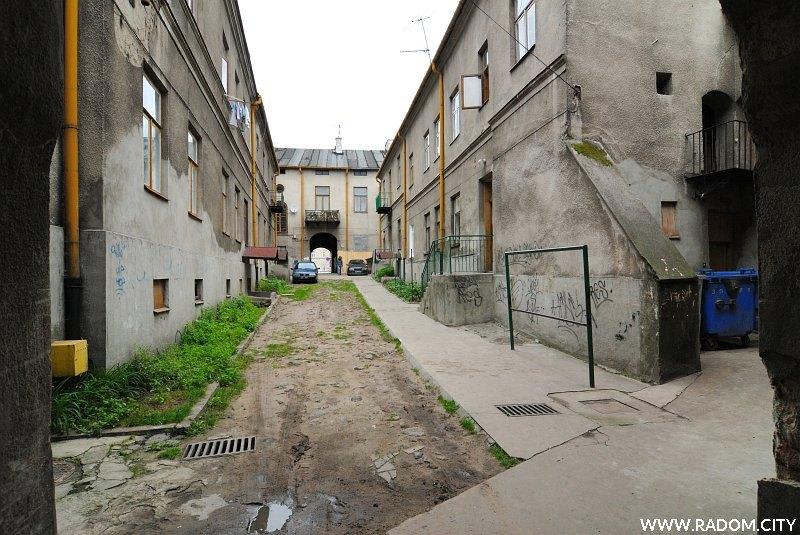 Radom. Podwórze - Wałowa 20, widok w kierunku Rynku