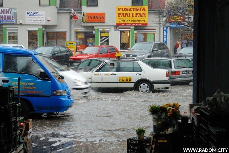 Radom. Ulica Struga, widok z targowiska w czasie ulewy.