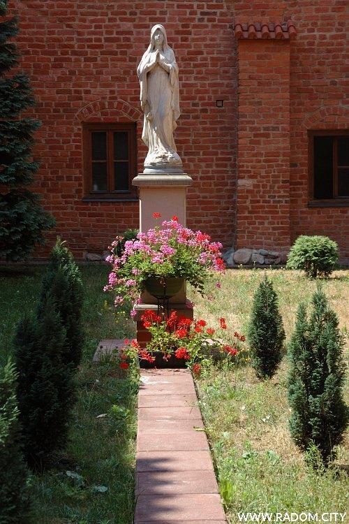 Radom. Figura na wewnętrznym dziedzińcu klasztoru bernardynów.