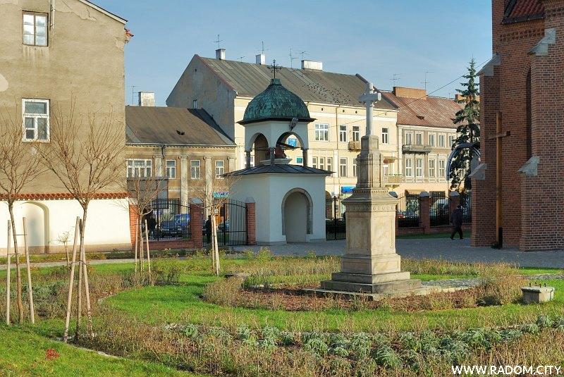 Radom. Krzyż misyjny/kościół św. Katarzyny (po prawej).