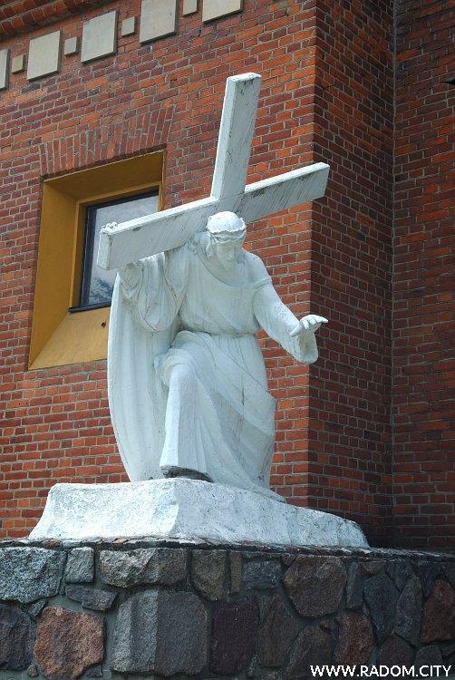 Radom. Chrystus niosący krzyż, figura przy kościele św. Teresy.