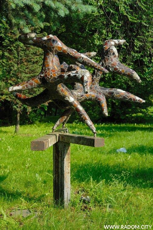 Radom. Rzeźba przy ul. Żwirki i Wigury/postój taxi.