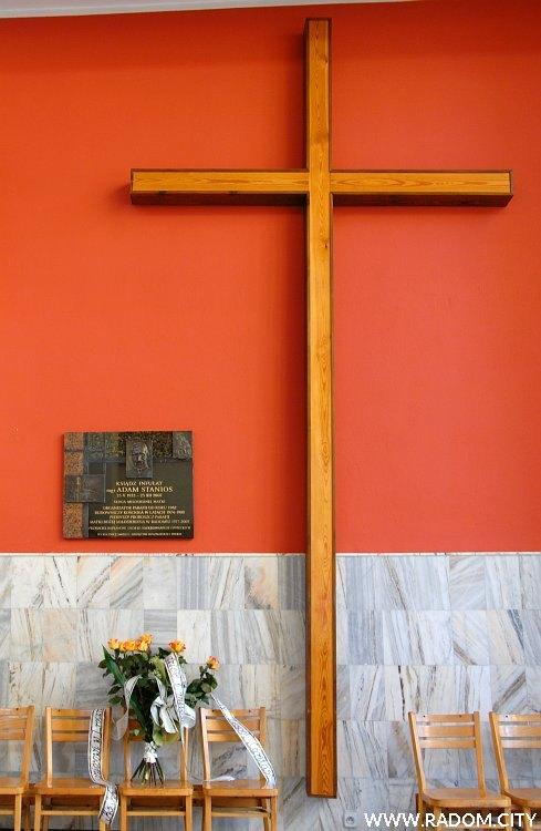 Radom. Tablica księdza Staniosa i krzyż misyjny w kościele MBM.