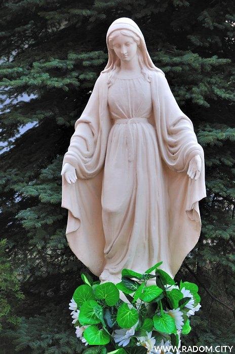 Radom. Figura Matki Bożej przy kościele pw. św. Pawła.