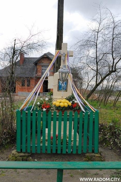 Radom. Krzyż - Nowa Wola Gołębiowska naprzeciwko nr 115.