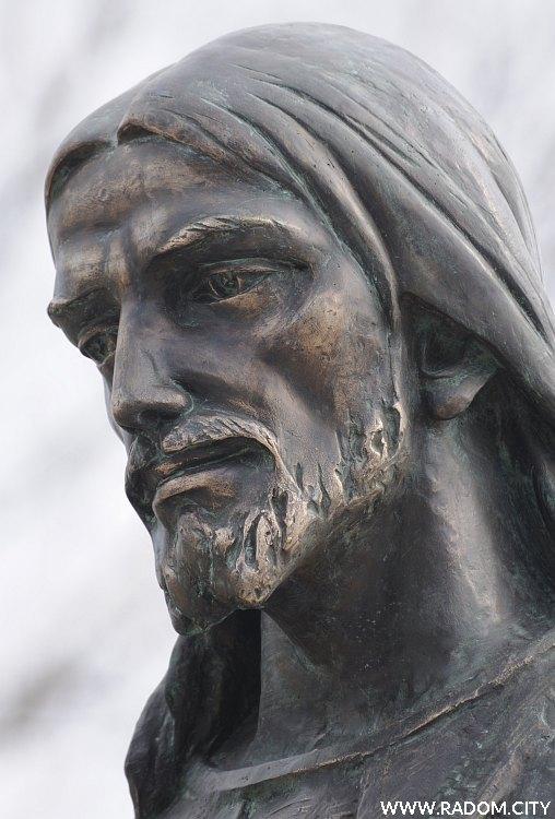 Radom. Pomnik Chrystusa przed kościołem MBM.