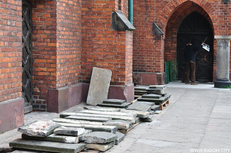 Radom. Płyta nagrobna i fragmenty muru przy kościele św. Jana.