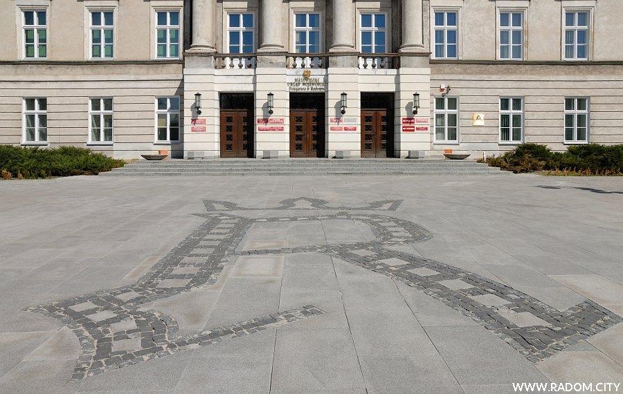 Radom. Litera R przed gmachem Komisji Województwa Sandomierskiego.