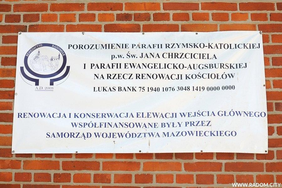 Radom. Baner na zachodniej ścianie kościoła farnego.