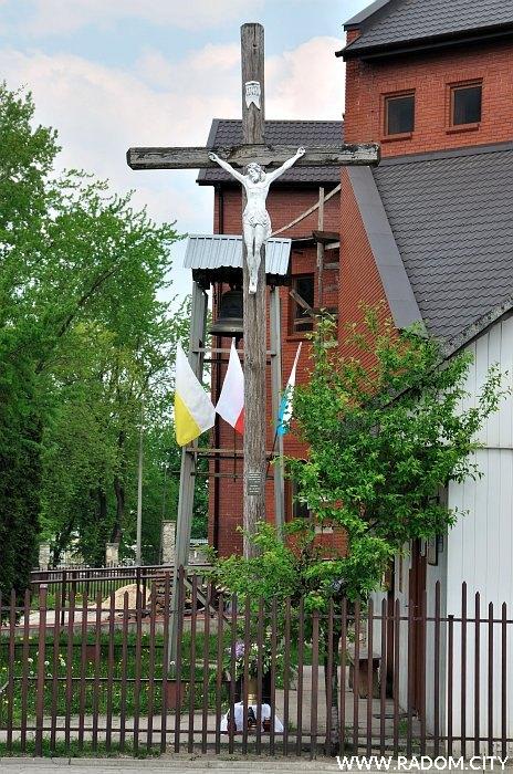Radom. Krzyż misyjny - ul. Chałubińskiego/kościół.