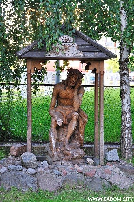 Radom. Rzeźba obok kościoła - ul. Górnicza 2.