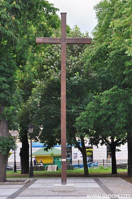 Radom. Krzyż misyjny - kościół garnizonowy.